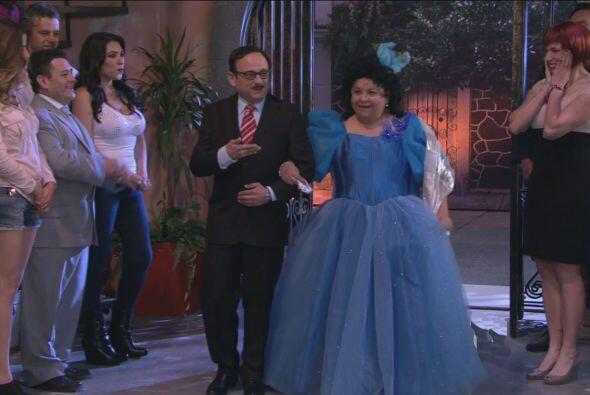 De pronto llegó Doña Rosy para celebrar su fiesta acompañada de Cipriano.