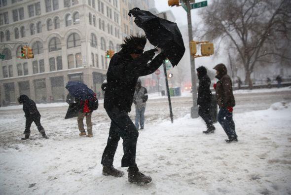 En otros puntos de Nueva York el viento y el frío dificultan la m...