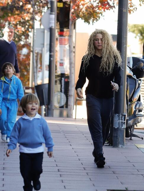 Shakira no lucía muy animada este lunes al perseguir a su simpático hijo...