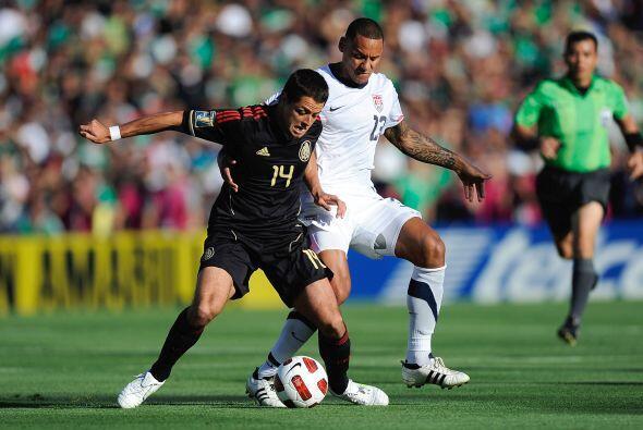 Fueron muchas las veces que Hernández cubría el balón con el cuerpo y se...