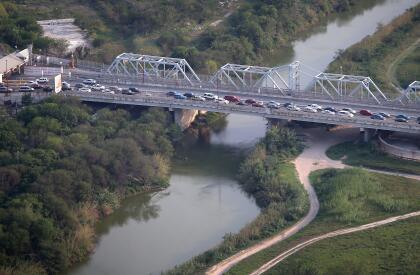 <b>Brownsville – Matamoros. </b>Un puente internacional sobre el río, en la zona urbana Brownsville, Estados Unidos, Matamoros, México, a pocas millas del océano Atlántico.