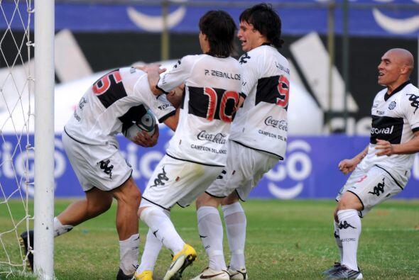 Un festejo muy efusivo el que  jugadores de Olimpia de Paraguay le dan a...