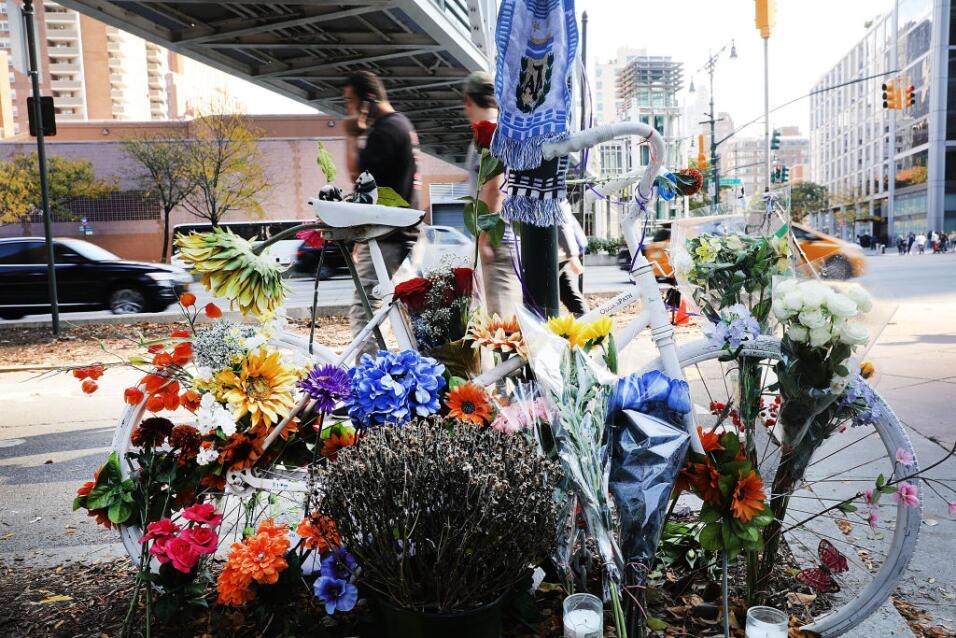 Unas flores y una bicicleta son parte esencial del memorial improvisado...