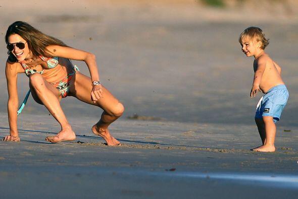 Estás a punto de ver cómo juega una Top Model con sus hijitos, ¿estás li...