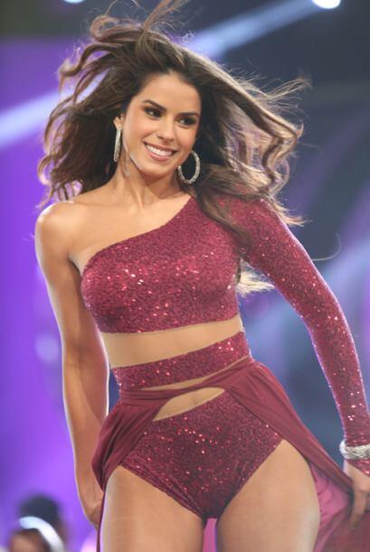 Vanessa siempre sonriente y muy sensual arriba de la pasarela.