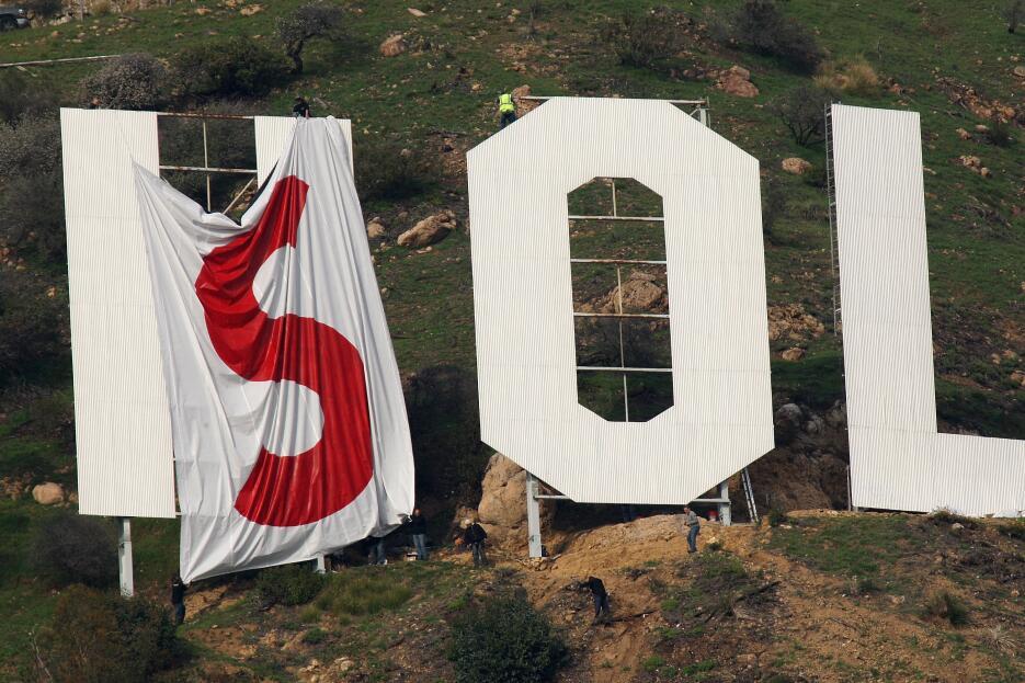 El 11 de febrero de 2010 unos activistas comenzaron a cubrir el letrero...