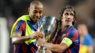 Henry y Puyol coincidieron en el Barcelona y el francés le lanza un guiñ...