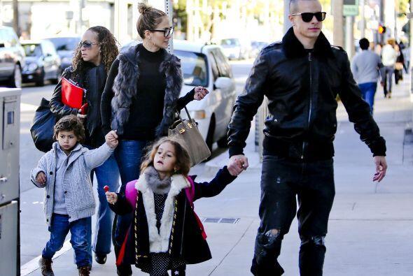 Aquí vemos otra ocasión en que la pareja salió con los pequeños de paseo...