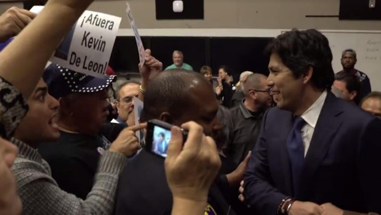 Un hombre increpa al senador Kevin de León durante un foro en una...