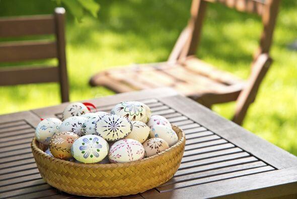 Decora los huevos de Pascua con figuras sencillas con pinturas de tonos...