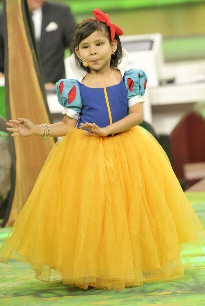 La pequeña Blanca Nieves, además de ser muy hermosa, tenía muchísima sue...