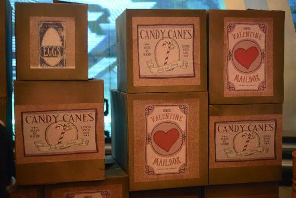 Lleno de curiosas cajas con dulces, huevos y otras curiosidades.