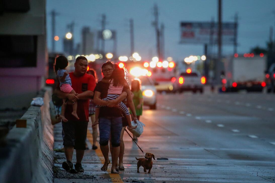 La familia Duong, padres hijos y mascota, caminan por la Interestatal 45...