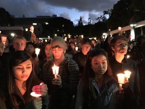 Cientos de personas recordaron a la joven fallecida en los ataques en Pa...