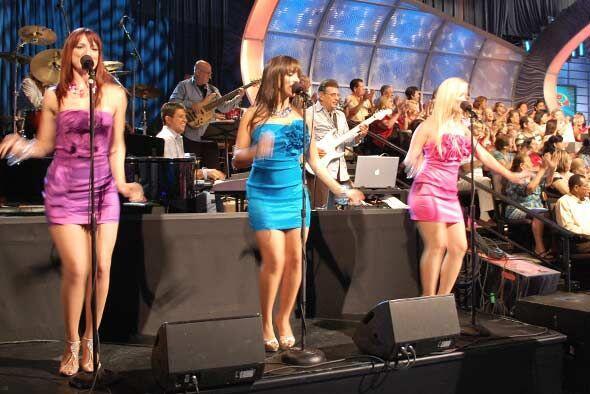 Las coristas ponen el toque musical todos los sábados en la noche.