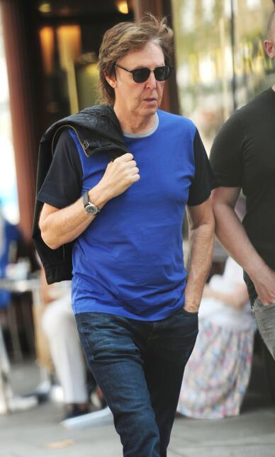 Paul McCartney caminando