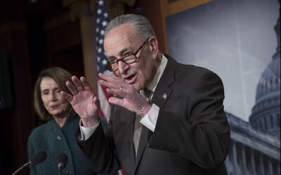 Chuck Schumer y Nancy Pelosi explican a los reporteros la posició...