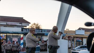 En fotos: Momentos de tensión por un antiimigrante que apuntó con su pistola a activistas hispanos