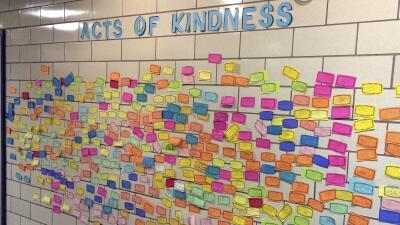 Un mural exhibe los actos de bondad en la escuela Pleasant Valley.