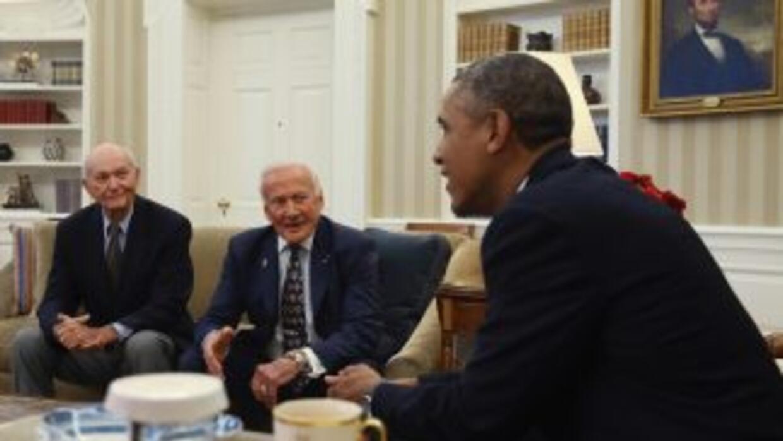 El mandatario se reunió en privado con Buzz Aldrin, Michael Collins y la...