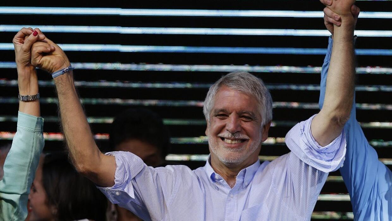 Enrique Peñalosa celebra su éxito en las elecciones locales de Bogotá.