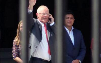 El presidente de Perú, Pedro Pablo Kuczynski, abandona el Palacio...