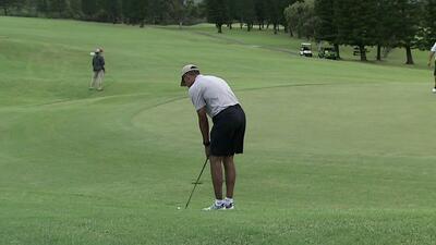 Obama logra un tiro de golf de 40 pies