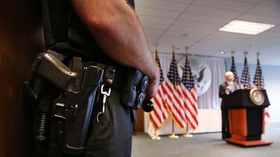 En abril, un oficial de policía hacía guardia mientras el fiscal general...