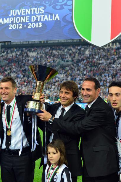 Y luego la celebración. Aquí Antonio Conte con el presiden...