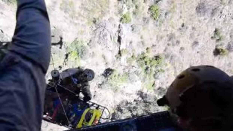 Agentes, montados en un helicóptero, rescataron al inmigrante que llamó...