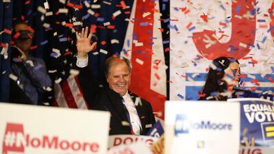 Doug Jones celebró su victoria rodeado de seguidores en Birmingham.