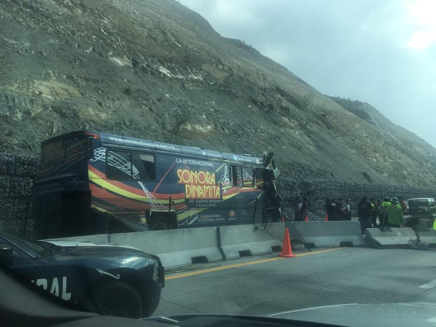 Así se veía al margen de la carretera el camión de la banda.