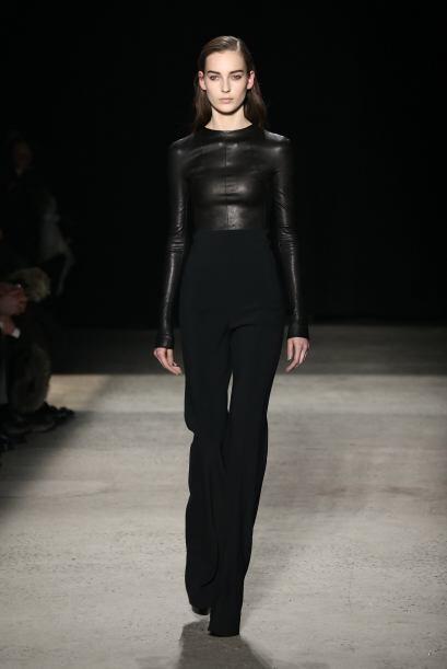Narciso Rodríguez combinó el negro con dos texturas. El cuero es otro de...