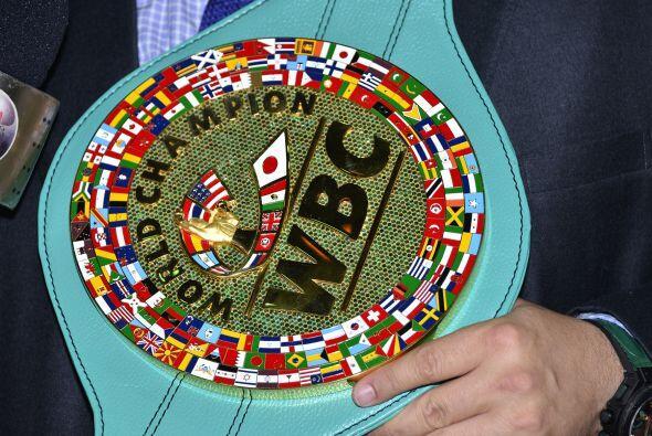 El cinturón cuenta con más de tres mil esmeraldas en su placa principal...