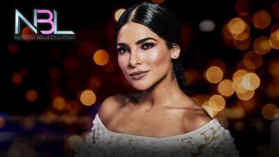 Plumas y lentejuelas (literal): así debutó Alejandra Espinoza como conductora de Nuestra Belleza Latina