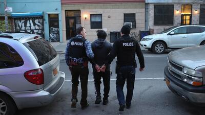 Oficiales de ICE arrestando a un inmigrante mexicano indocumentado duran...