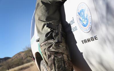 La demanda de ACLU alega que un agente de la Oficina de Aduanas y Contro...