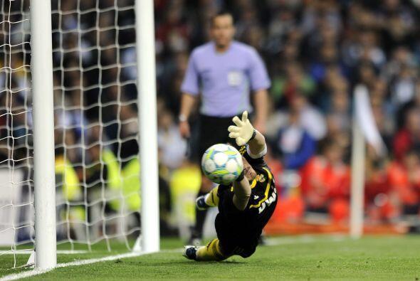 Iker Casillas adivinó el palo, tocó el balón pero la pelota ingresó.