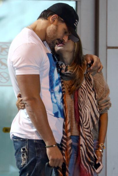 Después del besito la actriz le susurró palabritas de amor al oído.