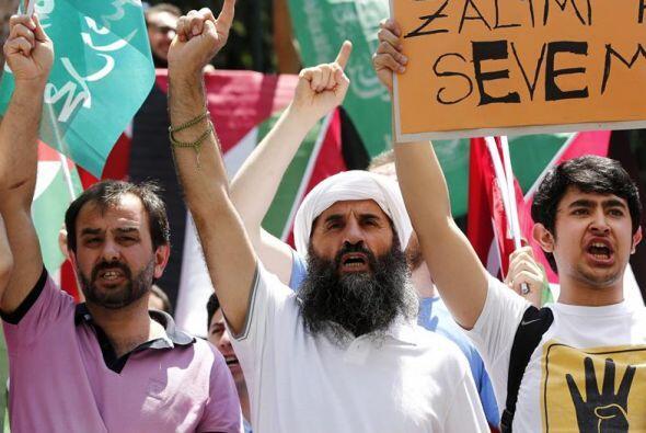 Hombres turcos protestan contra los ataques israelíes en Gaza.
