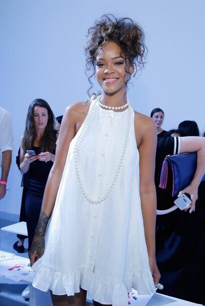 En primera fila estuvo la bella Rihanna, seguro ya está eligiendo sus mo...