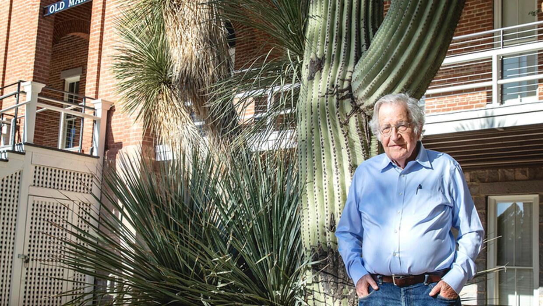 Noam Chomsky afuera de Old Main en la Universidad de Arizona.