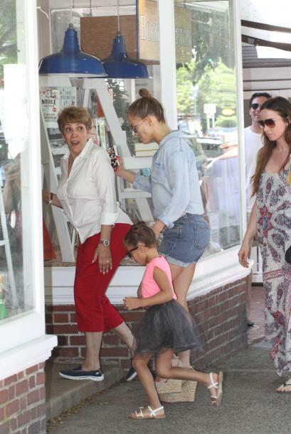 La cantante estaba acompañada de su mamá y su pequeña Emme.Más videos de...