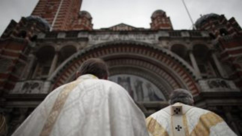 El cardenal Roger M. Mahony aceptó la renuncia de dos sacerdotes tras al...