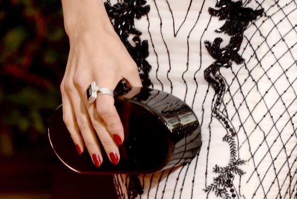 La actriz Jenna Dewan eligió este precioso 'clutch' rígido negro con for...