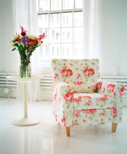 Las flores poseen un encanto natural y fresco, y la sala es uno de los l...