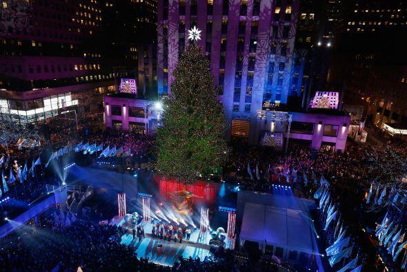 El árbol de Navidad del Rockefeller Center encendió sus lu...