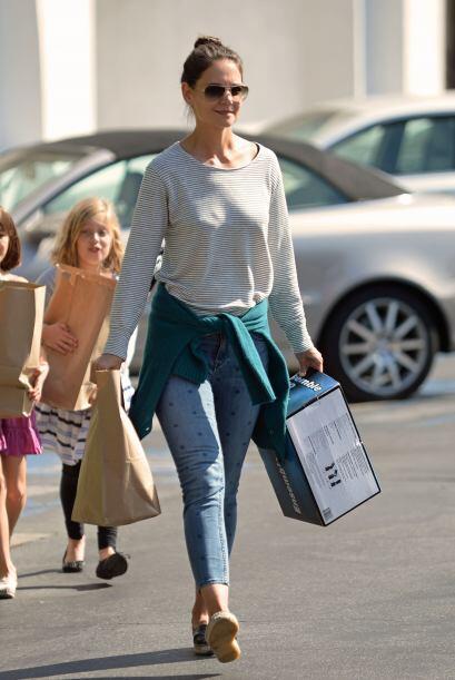 Las tres chicas llevaban varias bolsas de papel en las que venía todo lo...