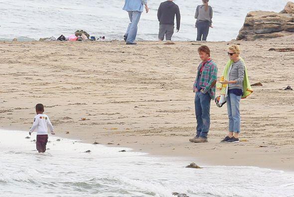 Jackson jugando en la orilla del mar. Mira aquí los videos más chismosos.
