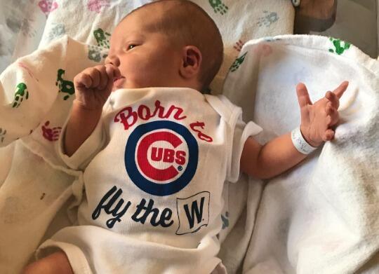 Bebés recién nacido muestran su apoyo a los Cubs